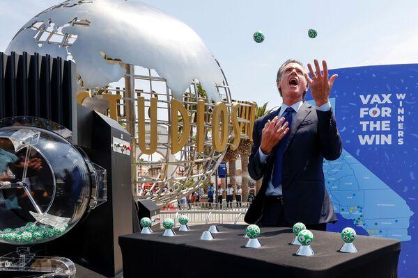 El gobernador de California anunció el sorteo de 16,5 millones de dólares entre los vacunados contra el COVID-19. Los habitantes de California mayores de 12 años que ya han recibido por lo menos la primera dosis podrán participar en la lotería. En la foto: el gobernador de California, Gavin Newsom, en Universal Studios Hollywood, en Los Ángeles. - Sputnik Mundo