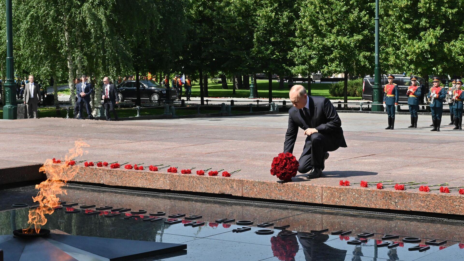 El presidente de Rusia, Vladímir Putin, deposita flores ante la Tumba del Soldado Desconocido - Sputnik Mundo, 1920, 22.06.2021