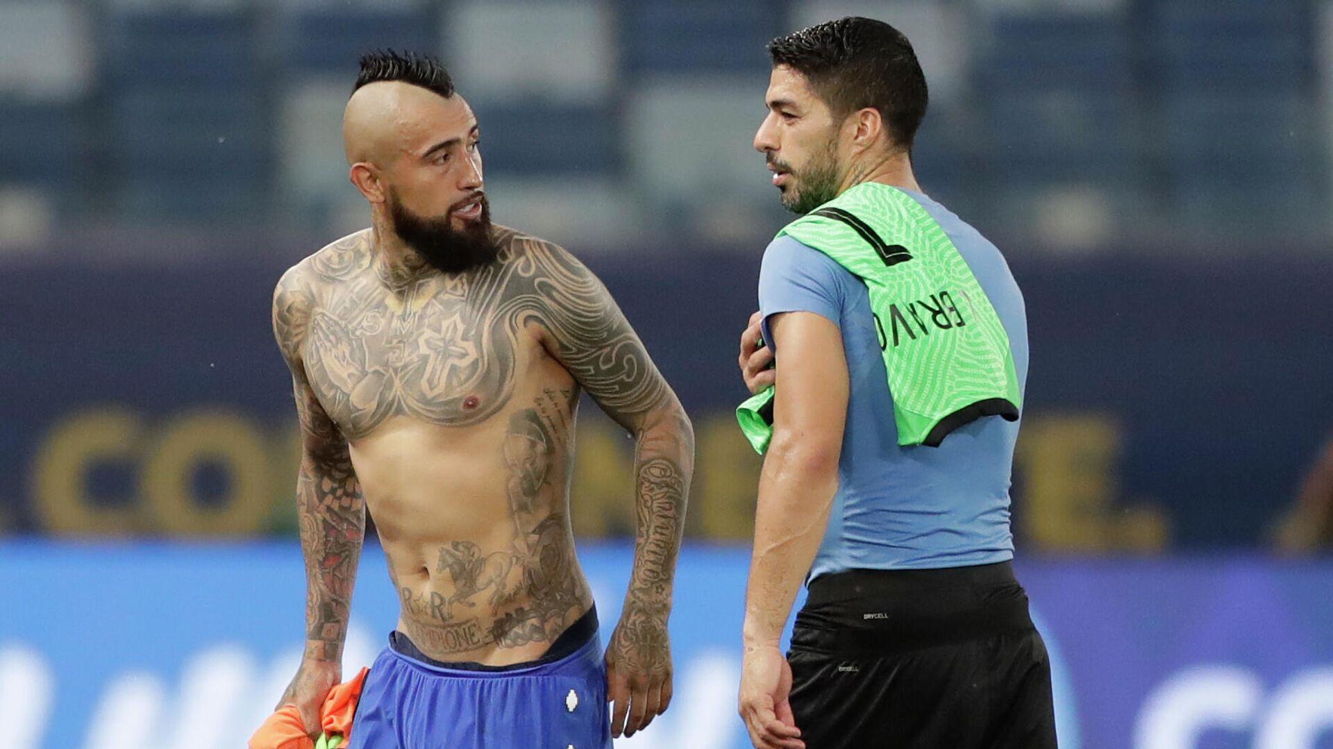 El futbolista chileno Arturo Vidal y el uruguayo Luis Suárez hablan luego de un partido entre Chile y Uruguay por la Copa América 2021 - Sputnik Mundo, 1920, 22.06.2021