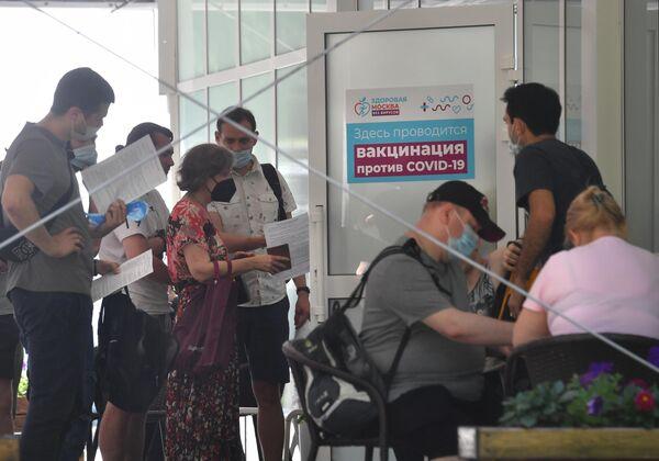 Las autoridades de Moscú sortearán cinco automóviles Renault Logan entre los vacunados. - Sputnik Mundo