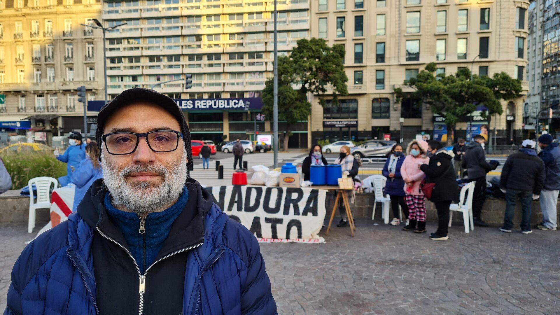 Rodrigo Segura, militante de la organización MTD Aníbal Verón, frente al Obelisco porteño - Sputnik Mundo, 1920, 22.06.2021