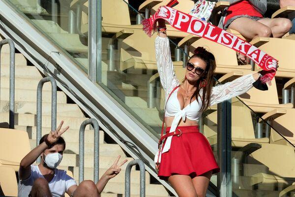 Una aficionada polaca durante un partido de la fase grupal de la Eurocopa 2020 entre las selecciones de España y Polonia en Sevilla. - Sputnik Mundo