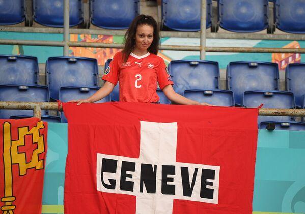 Fanática suiza antes del partido de la fase de grupos de la Eurocopa 2020 entre las selecciones de Italia y Suiza en el Estadio Olímpico de Roma, que finalizó con una victoria 3-0 para los italianos. - Sputnik Mundo