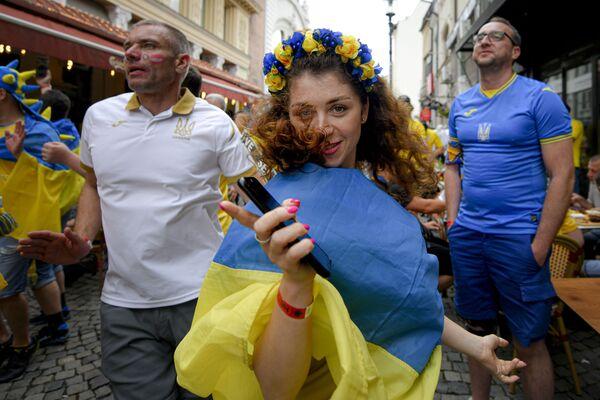Hincha ucraniana antes del partido de la fase de grupos de la Euro 2020 entre las selecciones de Ucrania y Austria en Bucarest, que terminó con la victoria de la selección austriaca 1-0. - Sputnik Mundo