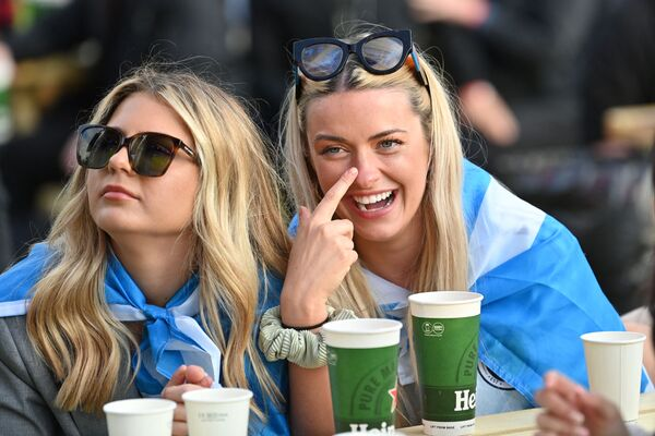 Fanáticas escocesas en la 'fan zone' de Glasgow, durante el partido de la fase de grupos de la Eurocopa 2020 entre Inglaterra y Escocia. - Sputnik Mundo