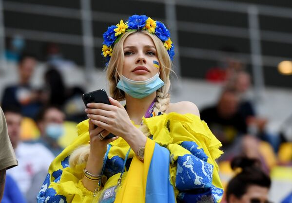 Aficionada ucraniana durante el partido de la fase de grupos de la Eurocopa 2020 entre las selecciones de Ucrania y Macedonia del Norte en Bucarest, que terminó con una victoria de 2-1 para los ucranianos. - Sputnik Mundo