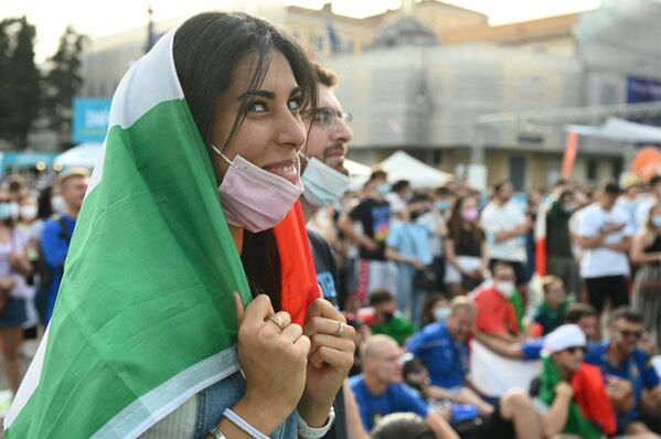 Fan italiana en la Piazza del Popolo durante el partido de la fase de grupos de la Euro 2020 entre Italia y Gales, que los italianos ganaron. - Sputnik Mundo