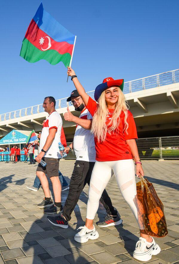 Fanática turca antes del partido de la fase de grupos entre las selecciones nacionales de Turquía y Gales en un estadio en Bakú, Azerbaiyán. - Sputnik Mundo