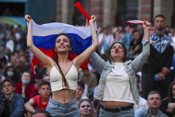 Aficionadas rusas en la zona de aficionados de San Petersburgo durante el partido de la fase de grupos de la Euro 2020 entre las selecciones de Rusia y Bélgica, en el que ganaron los belgas 3-0. - Sputnik Mundo