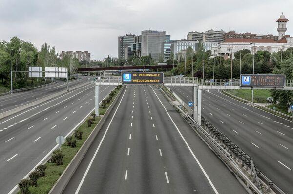 Autopista de Madrid vacía durante el confinamiento - Sputnik Mundo