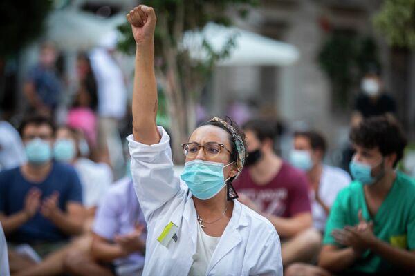 Una enfermera en una manifestación de Valencia - Sputnik Mundo