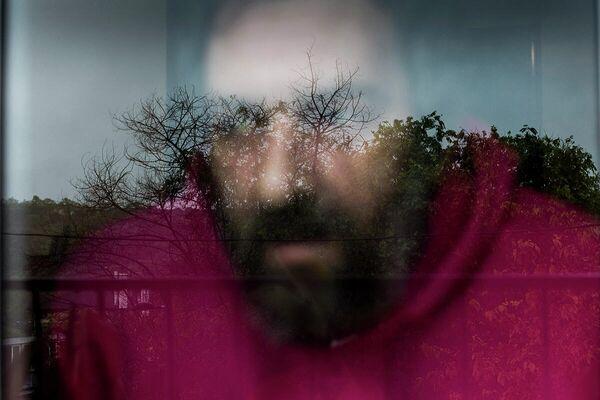 Un hombre de 47 años con problemas de salud mental asomado a su ventana de Barcelona - Sputnik Mundo