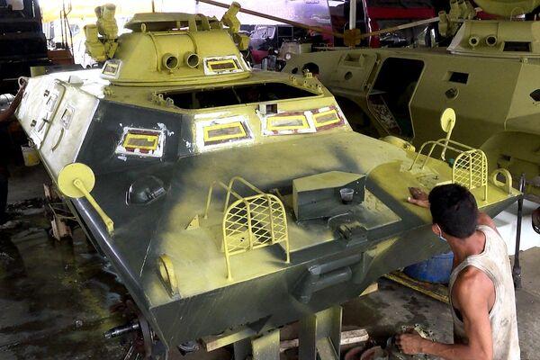 Reparación de vehículos blindados en Venezuela - Sputnik Mundo