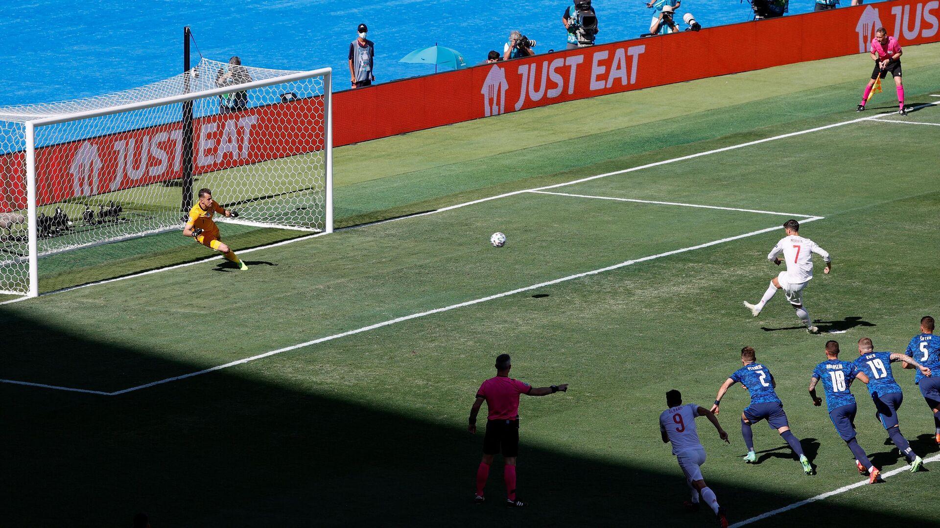 Momento en que el jugador español Álvaro Morata tira un penalti contra Eslovaquia - Sputnik Mundo, 1920, 24.06.2021