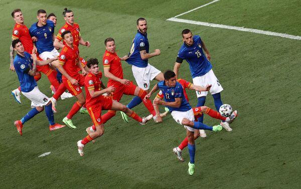 Los jugadores de las selecciones de Italia y Gales durante un partido de la fase grupal en Roma. - Sputnik Mundo