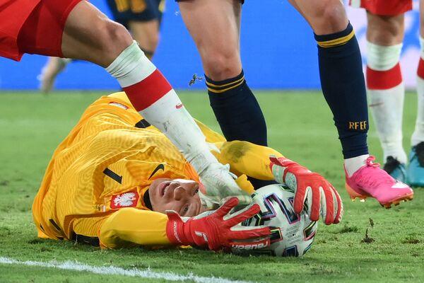 El guardameta de la selección polaca, Wojciech Szczesny, durante un partido de la fase grupal contra la selección española en Sevilla.  - Sputnik Mundo