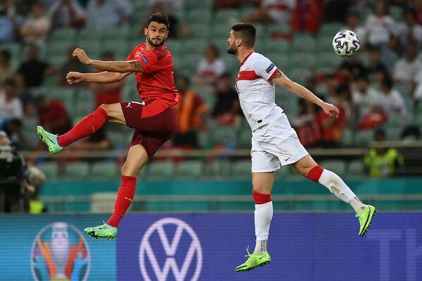 Loris Benito (Suiza) y Okay Yokuslu (Turquía) durante un partido de la fase grupal de la Eurocopa 2020 en Bakú. - Sputnik Mundo