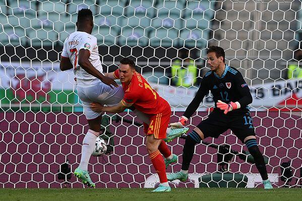 Breel Embolo (Suiza) mete un gol en la puerta de la selección de Gales durante un partido de la fase grupal en Bakú. - Sputnik Mundo