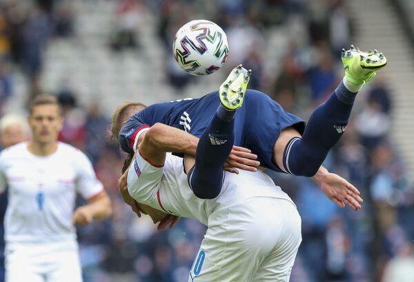Liam Cooper (Escocia) y Patrik Schick (República Checa) durante un partido de la fase grupal en Glasgow. - Sputnik Mundo