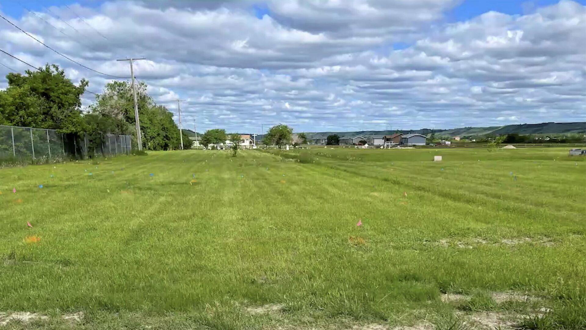 Zona de una escuela residencial indígena en Canadá donde la primera nación Cowessess de la provincia canadiense de Saskatchewan localizó 751 fosas - Sputnik Mundo, 1920, 24.06.2021
