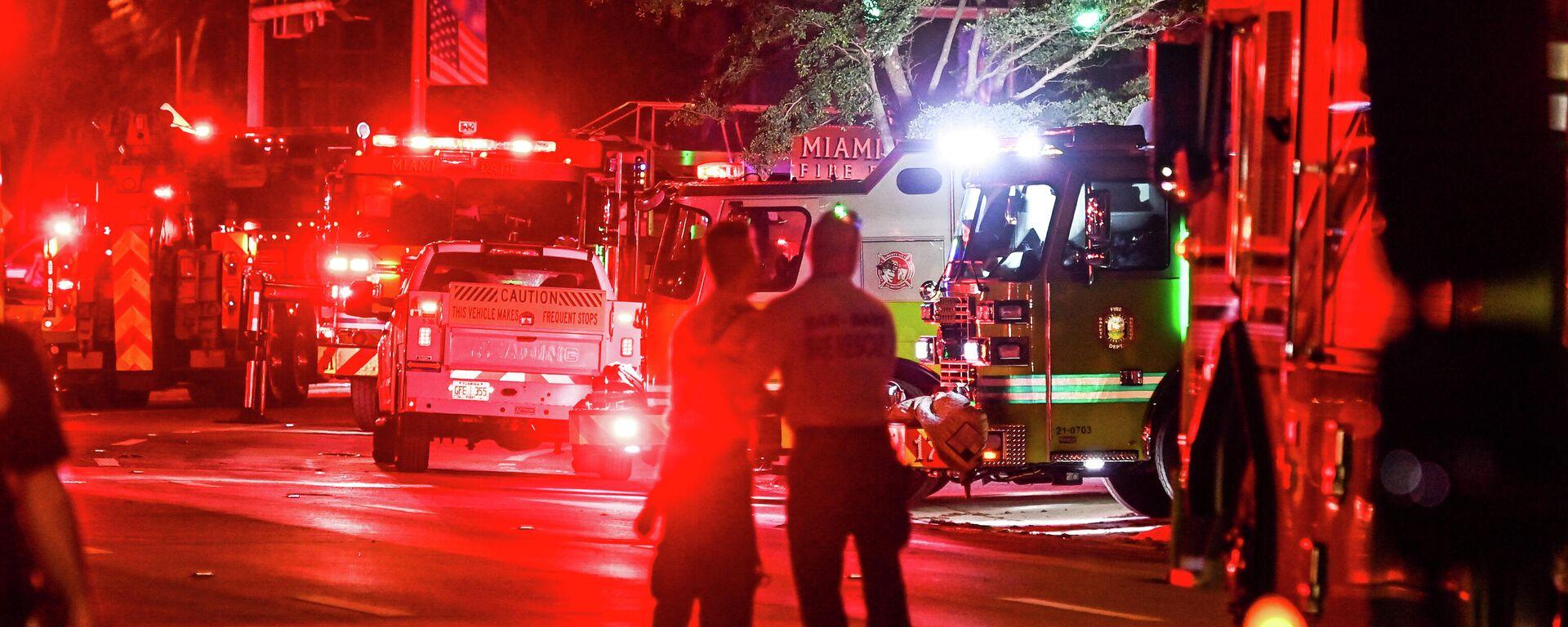 Rescatistas y vehículos que llegaron a Champlain Towers, el edificio que colapsó en Miami, Florida, en la noche del 24 de junio, 2021 - Sputnik Mundo, 1920, 25.06.2021