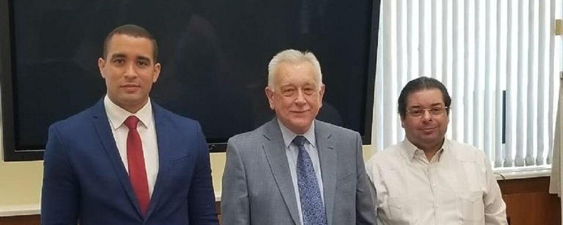 Viceministro de Política Exterior Bilateral, José Julio Gómez (izq.) en una reunión de trabajo con las autoridades de la Academia Diplomática del Ministerio de Relaciones Exteriores de la Federación de Rusia, y el embajador dominicano en Rusia, Hans Dannenberg (derecha) - Sputnik Mundo, 1920, 24.06.2021
