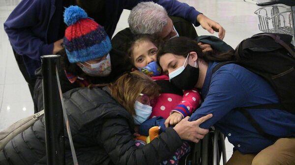 Aurora recibe el abrazo de su familia antes de partir desde Montevideo, Uruguay hacia La Habana, Cuba - Sputnik Mundo