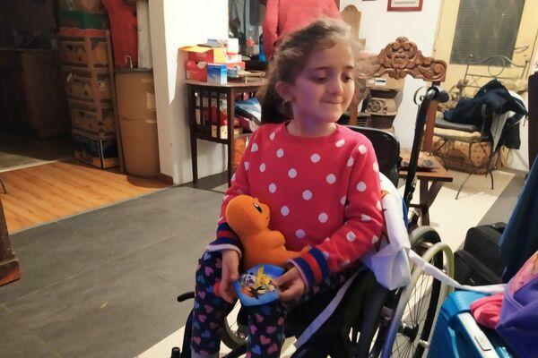 Aurora en su casa, con su muñeco de Charmander y su mascarilla de Pokémon - Sputnik Mundo