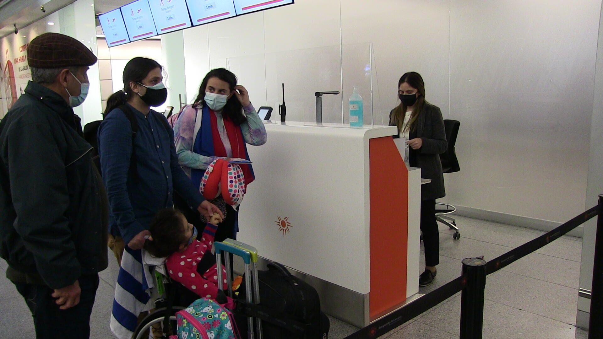 Cecilia Nazzari, madre de la niña Aurora Sosa, a punto de abordar el avión que las llevará a Cuba para un tratamiento - Sputnik Mundo, 1920, 24.06.2021