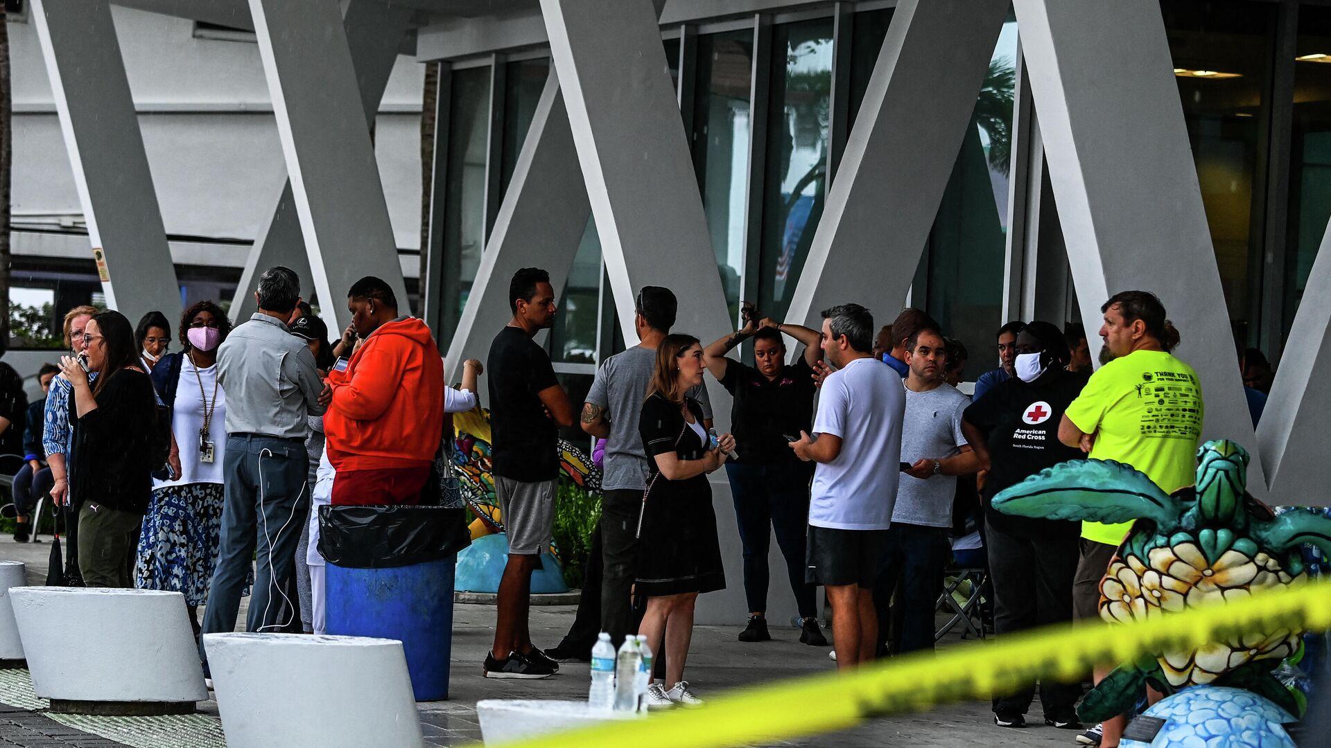 Familiares de residentes de las Champlain Towers se reúnen mientras esperan noticias de las personas desaparecidas tras el derrumbe del edificio - Sputnik Mundo, 1920, 24.06.2021