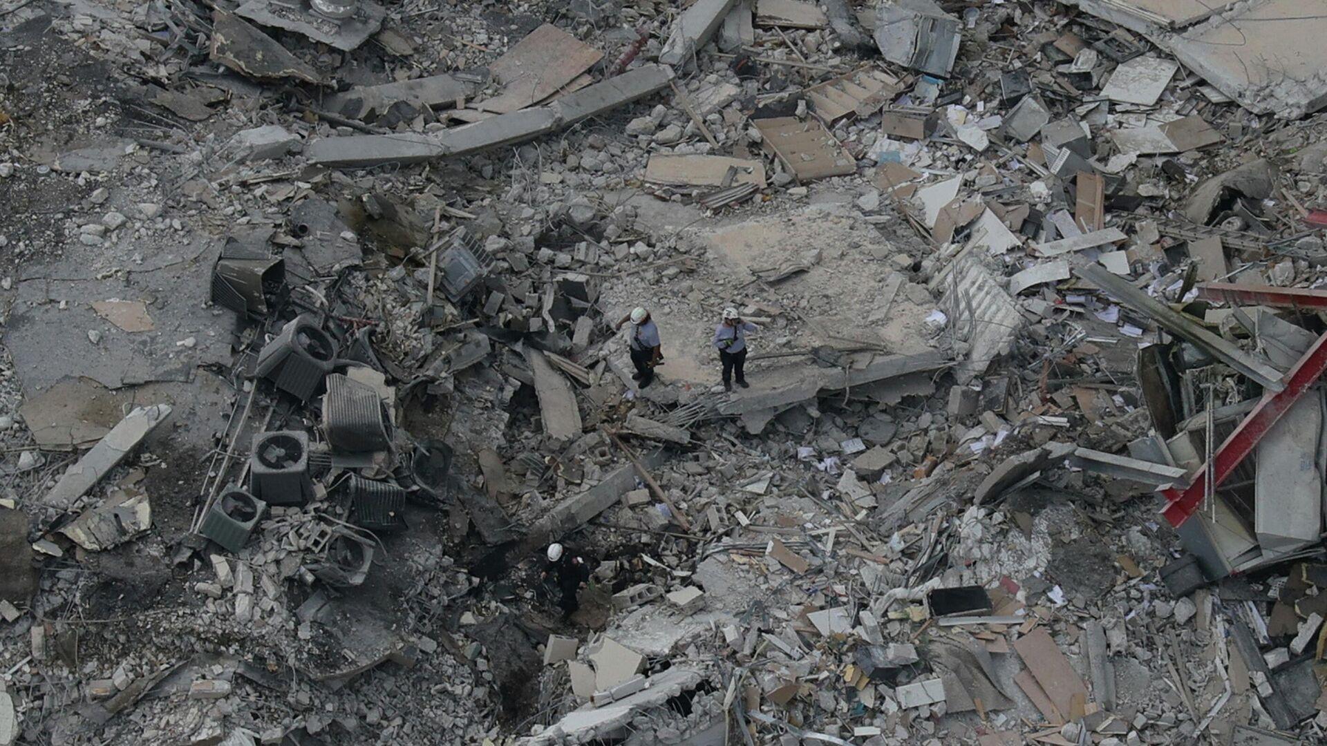 Rescatistas buscando sobrevivientes entre los escombros del edificio que se derrumbó en Miami el 24 de junio de 2021 - Sputnik Mundo, 1920, 24.06.2021