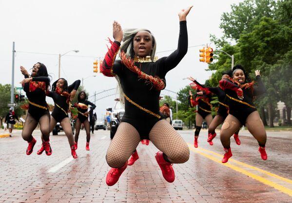 Unas bailarinas durante el desfile del Día de la Liberación en Texas.  - Sputnik Mundo