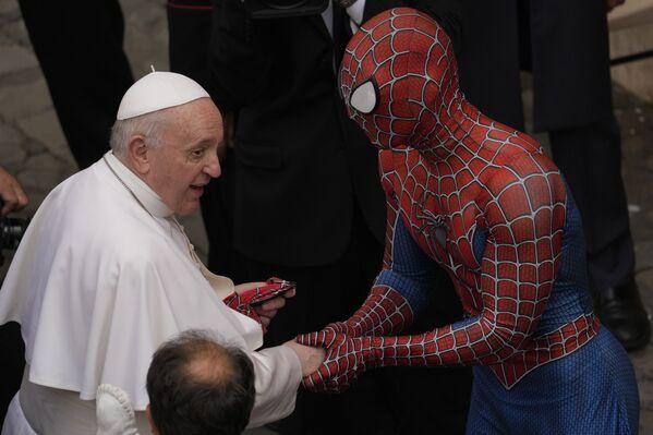 Un voluntario disfrazado de Spiderman que trabaja con niños enfermos regala al papa Francisco una máscara de superhéroe tras su audiencia semanal en el Vaticano.  - Sputnik Mundo