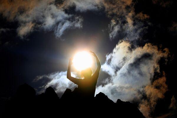 Un hombre observa el solsticio de verano en el Observatorio Megalítico de Kokino, en el norte de Macedonia. - Sputnik Mundo