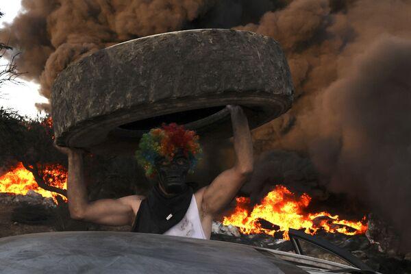 Los habitantes de la ciudad de Beit, en Cisjordania, queman neumáticos para protestar contra la expansión del asentamiento judío de Eviatar. - Sputnik Mundo
