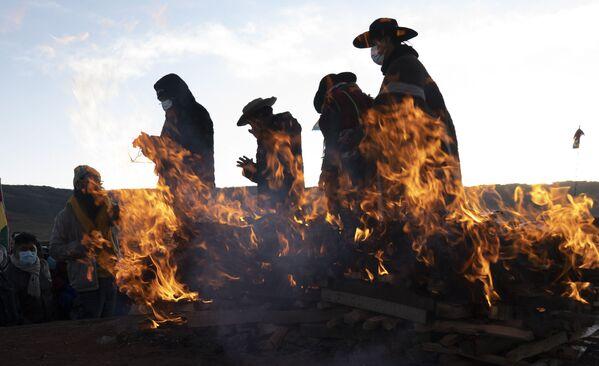 Los líderes religiosos del pueblo aymara finalizan su ritual del Año nuevo andino amazónico en la ciudad antigua de Tiwanaku en Bolivia. - Sputnik Mundo