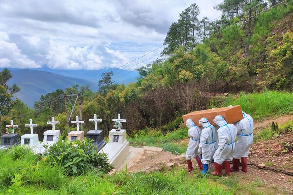 El funeral de una víctima del COVID-19 en un cementerio en Falam, Birmania. - Sputnik Mundo
