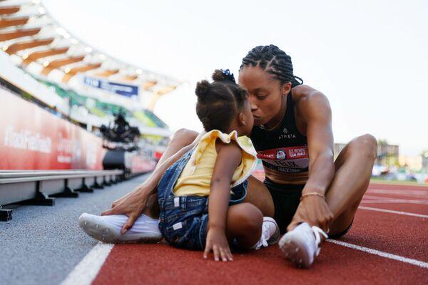 La atleta estadounidense Allyson Felix con su hija tras la carrera de 400 metros como parte de las eliminatorias para los Juegos Olímpicos donde ocupó el segundo lugar, en la ciudad de Eugene, estado de Oregón.  - Sputnik Mundo