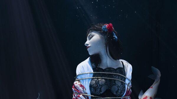 Снимок Shibari pond французского фотографа Charlotte Bories, ставший финалистом в категории Environmental Portrait в конкурсе 2021 The International Portrait Photographer of the Year - Sputnik Mundo