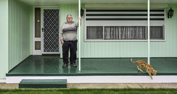 'Cat and Verandah' ('El gato y la veranda'), de la fotógrafa Karen Waller, ganó el segundo puesto en la Categoría Environmental Portrait del International Portrait Photographer del 2021. - Sputnik Mundo