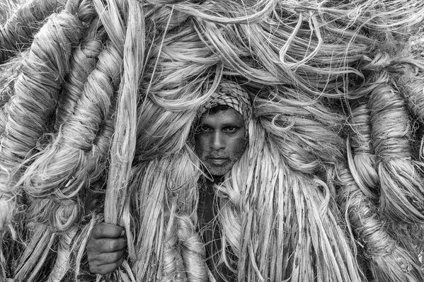 'The man of golden fibers' ('El hombre de las fibras doradas'), del fotógrafo bengalí Azim Khan Ronnie, se ganó el tercer puesto de la categoría Environmental Portrait de la edición de este año. - Sputnik Mundo