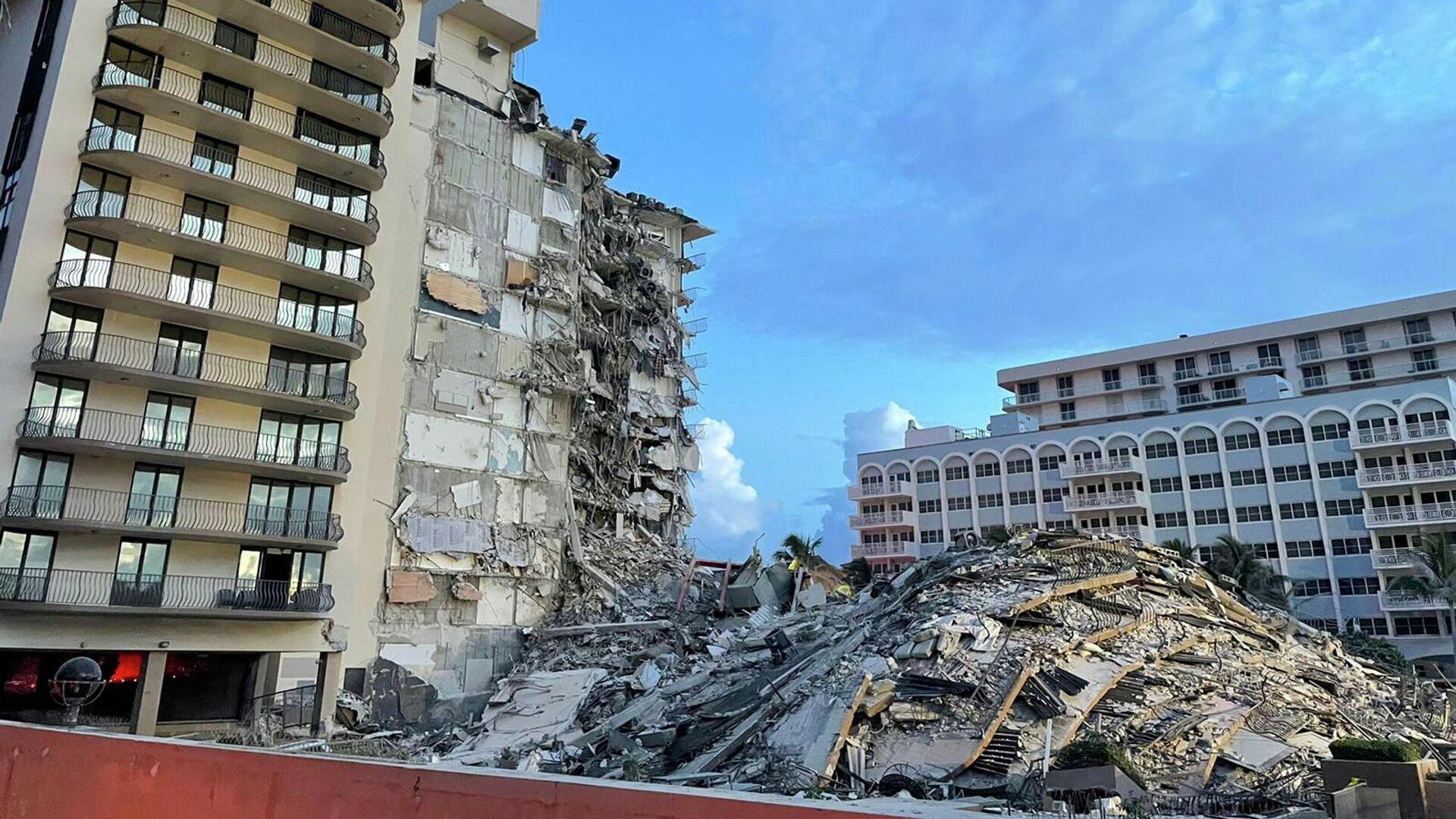 El lugar del derrumbe de un edificio residencial en Miami, Florida (EEUU) - Sputnik Mundo, 1920, 07.07.2021