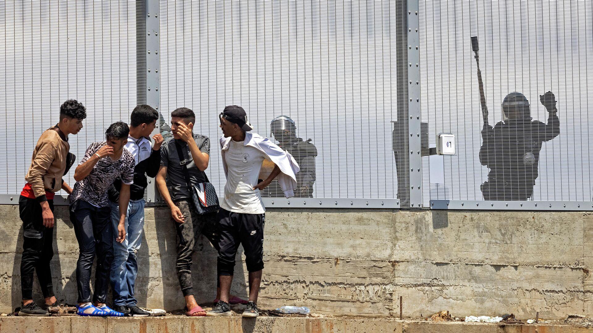 Migrantes frente a la valla fronteriza entre España y Marruecos en Ceuta - Sputnik Mundo, 1920, 27.06.2021