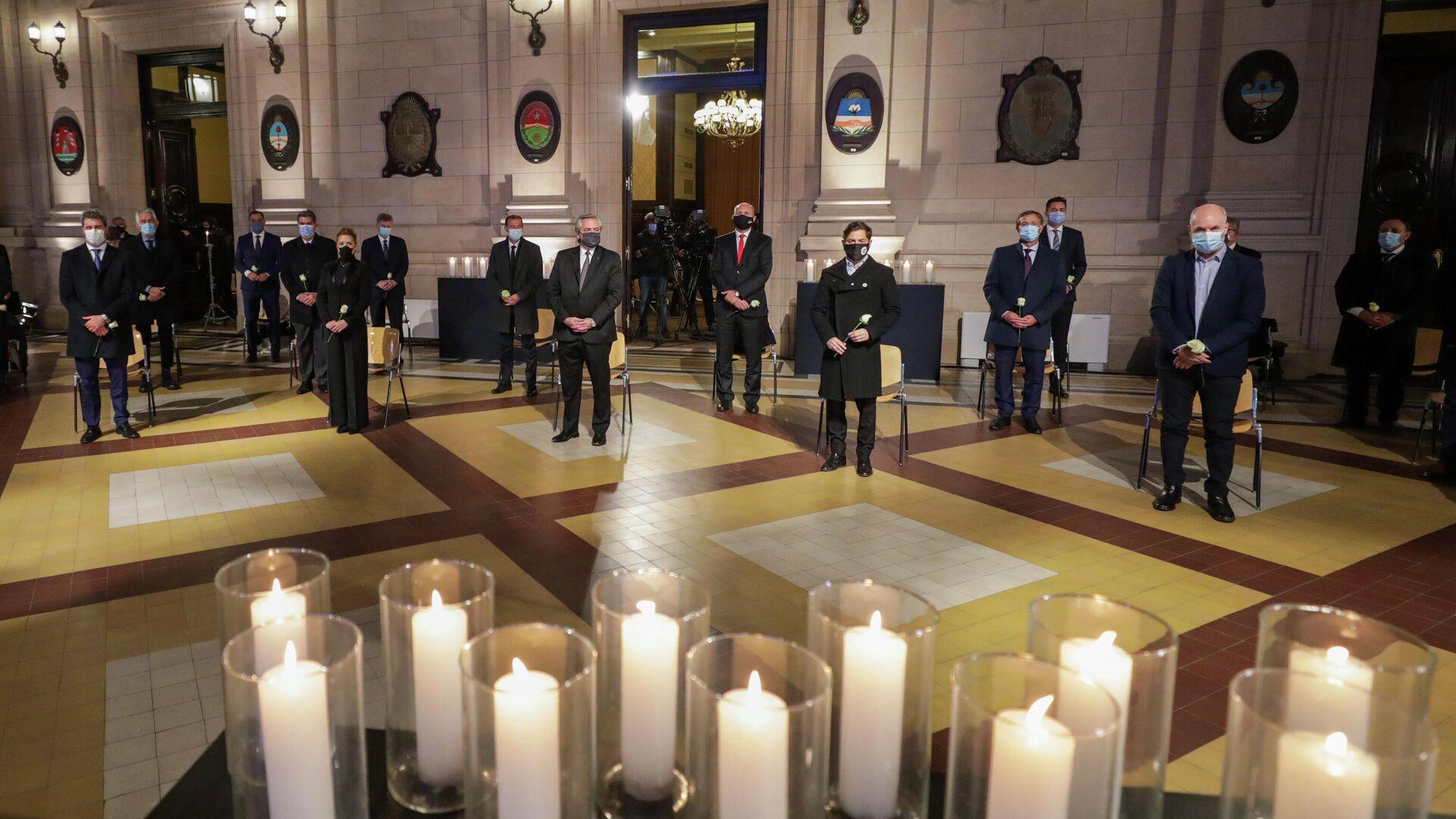 El presidente de Argentina, Alberto Fernández, junto a otras autoridades en un homenaje a los fallecidos por coronavirus - Sputnik Mundo, 1920, 17.08.2021