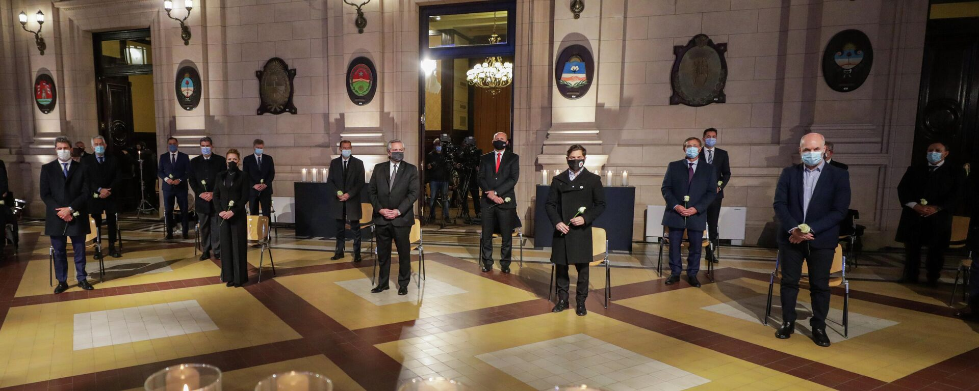 El presidente de Argentina, Alberto Fernández, junto a otras autoridades en un homenaje a los fallecidos por coronavirus - Sputnik Mundo, 1920, 27.06.2021