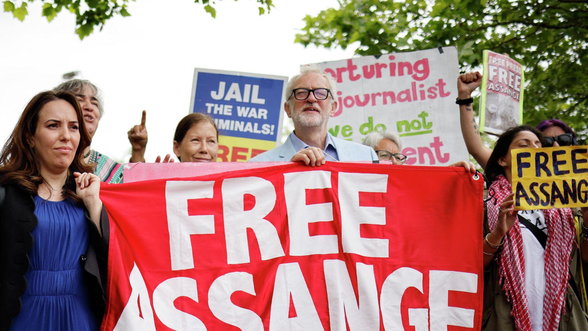La pareja y madre de dos hijos de Julian Assange, Stella Moris, el lider laborista británico, Jeremy Corbyn, y otros partidarios del fundador de Wikileaks - Sputnik Mundo, 1920, 07.07.2021