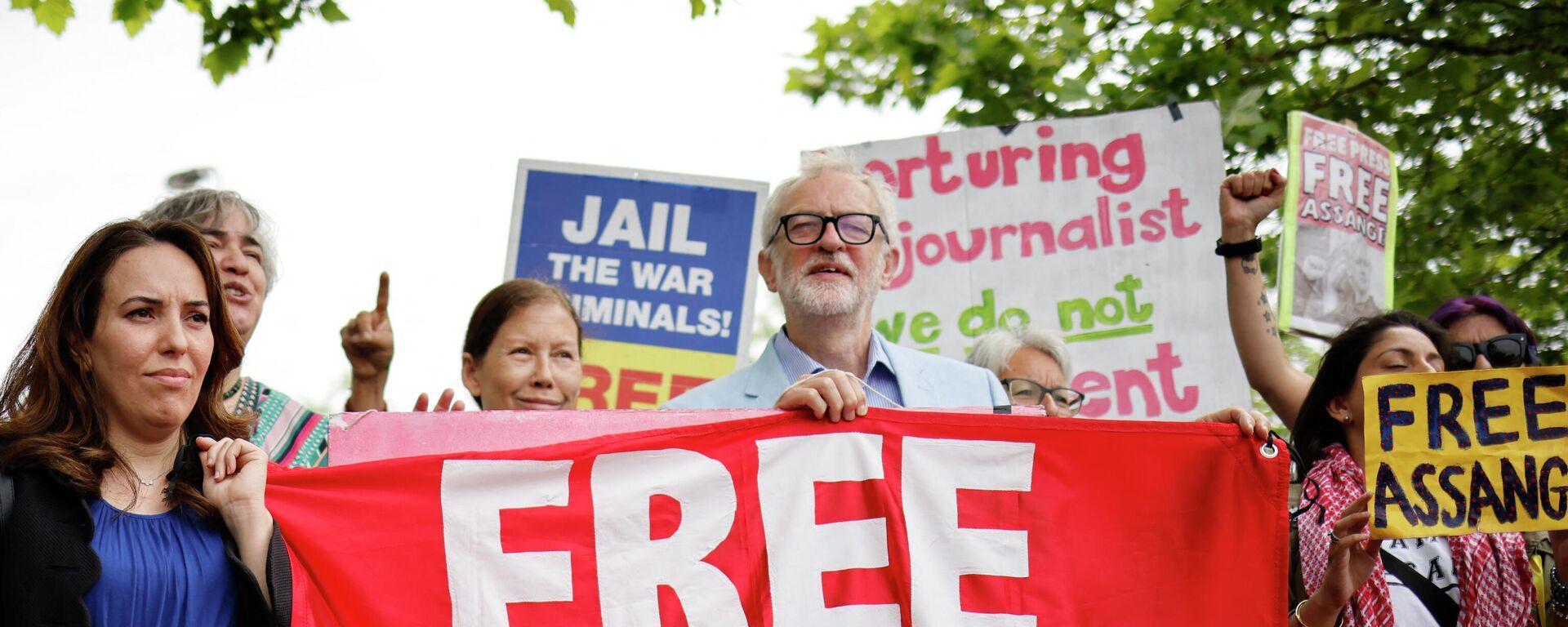 La pareja y madre de dos hijos de Julian Assange, Stella Moris, el lider laborista británico, Jeremy Corbyn, y otros partidarios del fundador de Wikileaks - Sputnik Mundo, 1920, 29.06.2021