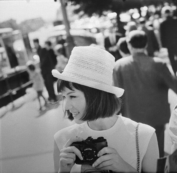 El primer dispositivo móvil comercial con una cámara incorporada fue el VisualPhone VP-210 de la compañía japonesa Kyocera, lanzado al mercado en mayo de 1999.En la foto: un turista extranjero en Moscú en 1966.  - Sputnik Mundo