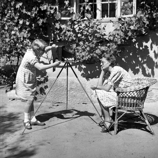 El artista italiano Leonardo da Vinci fue el autor de la primera descripción ilustrada acerca de las propiedades y el funcionamiento de la cámara oscura. En la foto: una sesión de fotos, en 1938. - Sputnik Mundo