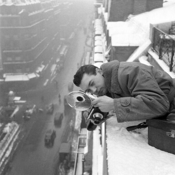El científico francés Joseph Nicéphore Niépce fue quien logró capturar la primera fotografía conocida, hace cerca de dos siglos. Antes se creía que se trataba de la instantánea 'Vista desde la ventana en Le Gras', pero posteriormente se descubrió que Niépce registró 'La mesa puesta' años antes.En la foto: un fotógrafo de la agencia de noticias AFP en 1946. - Sputnik Mundo